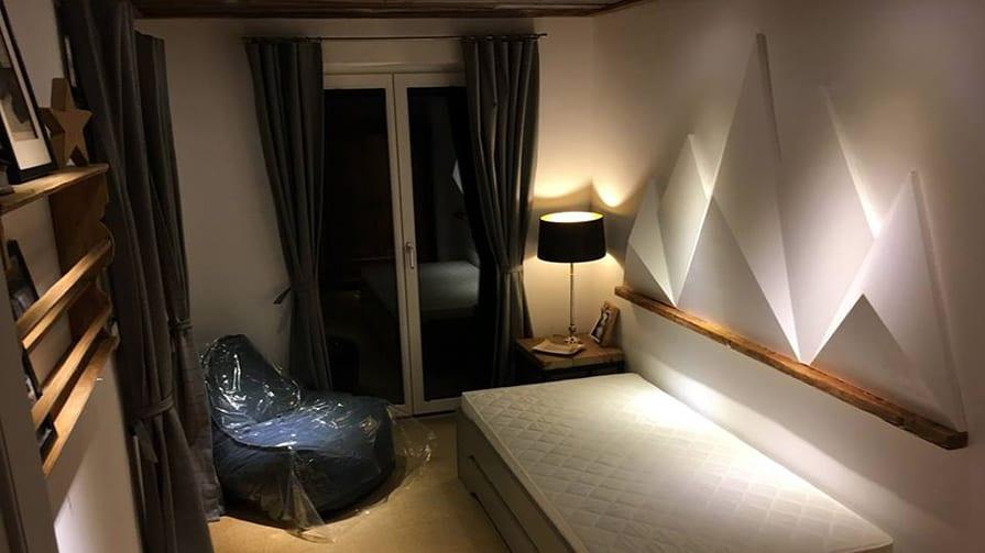 3D-Objekt-Alpen-Bergpanorama-Dekoobjekt im Hotelzimmer